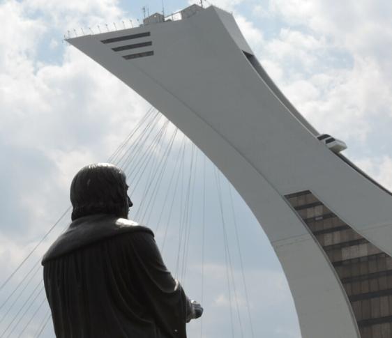 Copernic qui regarde la Tour de Montréal