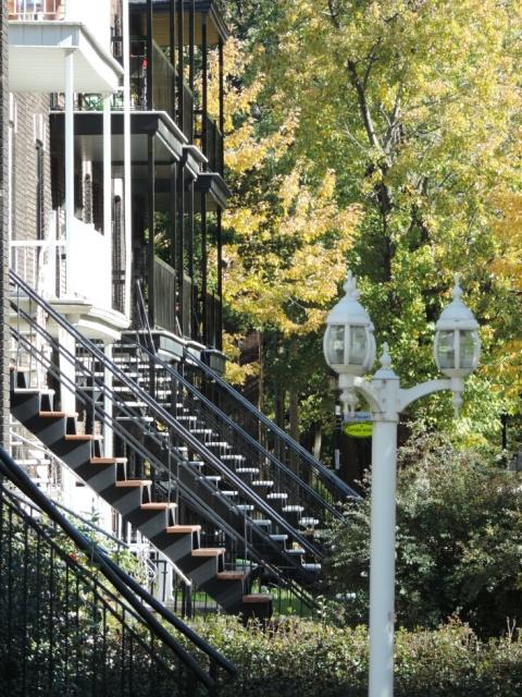 les escaliers extérieurs de la rue du Parc Marguerite-Bourgeoys