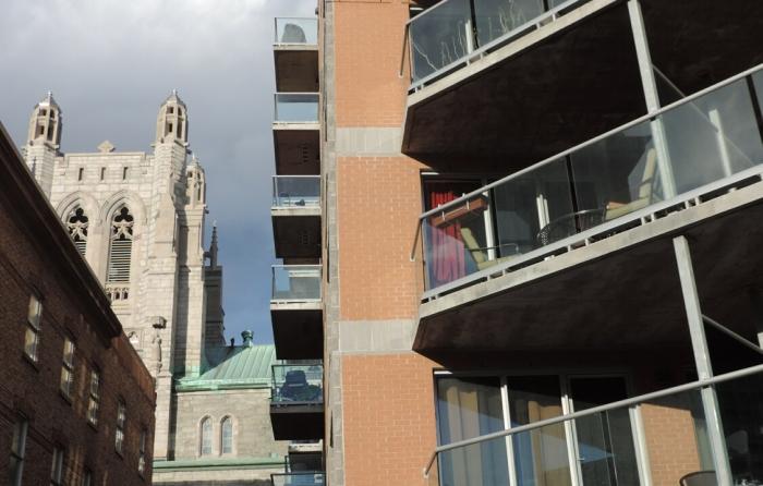Le clocher est visible à partir de certains balcons...