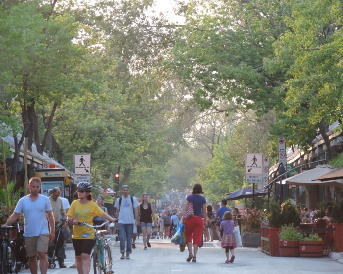 "La Plaza pendant la vente trottoir ""Atmosph'Air"""